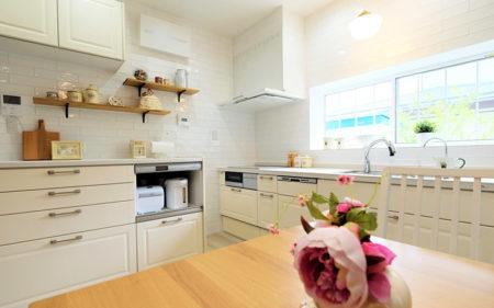 フレンチカントリー風の洗練されたキッチンと水廻りのリフォーム