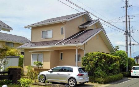 屋根も外壁もパッと明るい印象に